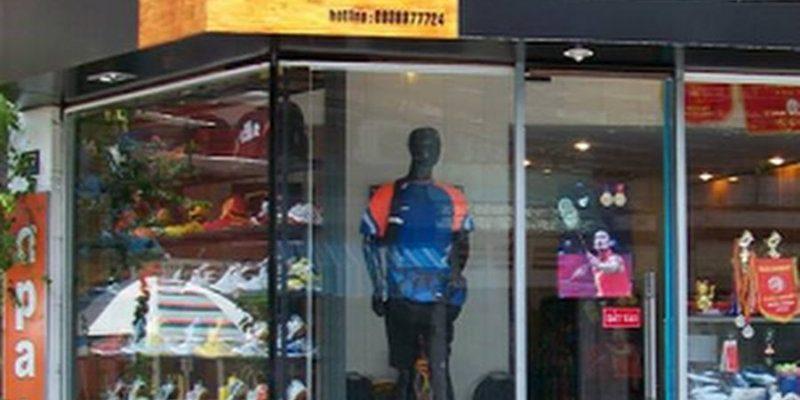 Một trong những địa chỉ mua vợt cầu lông giá rẻ ở Hà Nội. Ảnh: ShopVNB