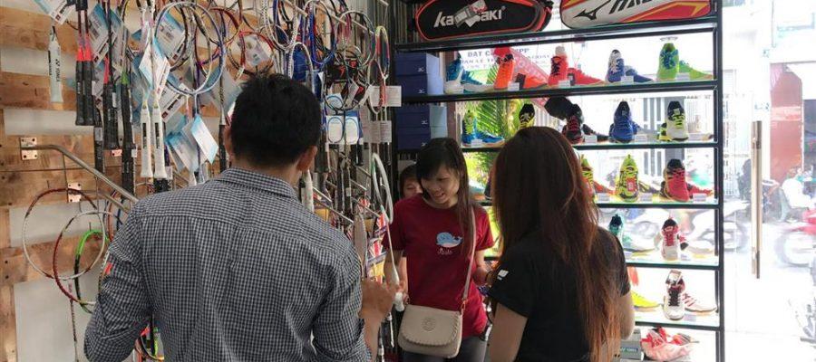 Một trong những nơi mua vợt cầu lông giá rẻ TPHCM. Ảnh: Internet.