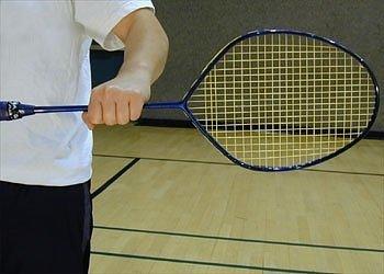 Cầm thân vợt bằng tay trái (làm ngược các hướng dẫn nếu bạn là người thuận tay trái).