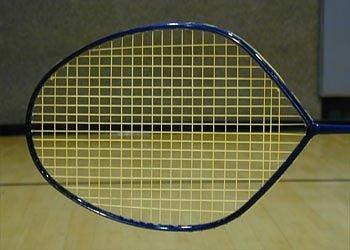 Cầm và nghiêng mặt vợt vuông góc 90 độ so với mặt đất (như hình vẽ về cách cầm vợt cầu lông).