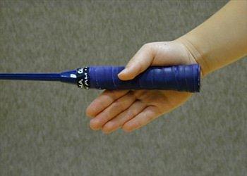 """Lòng bàn tay nắm cán vợt ở khoảng giữa (hơi lệch về cuối cán vợt). Tư thế cầm cán vợt như đang """"bắt tay""""."""