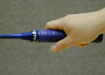 Tư thế cách cầm vợt cầu lông đúng phải tạo nên được một góc chữ V giữa ngón tay cái và ngón tay trỏ