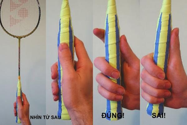 """Hãy chú ý cách cầm vợt cầu lông kiểu """"thumb-grip"""" SAI và ĐÚNG. Ảnh: Internet."""