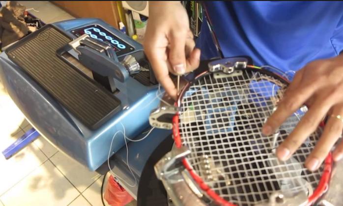 Căng vợt cầu lông chuẩn để có những cú đánh chính xác nhất. Ảnh: Internet.